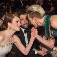 Scarlett Johansson glisse un petit mot à Julianne Moore lors de la 87e cérémonie des Oscars à Los Angeles, le 22 février 2015.