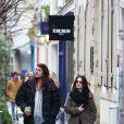 Holly Marie Combs et son compagnon Josh Cocktail se promènent dans le quartier du Marais à Paris, le 24 février 2015.