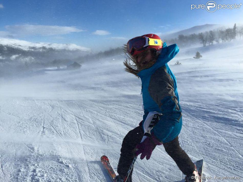 La princesse Ingrid Alexandra de Norvège, 11 ans, profite des vacances d'hiver, en février 2015, pour se promener et s'amuser en pleine nature, comme ici en mode slalom, honorant ainsi l'Année 2015 des loisirs de plein air promue par ses parents le prince Haakon et la princesse Mette-Marit.
