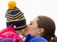 Victoria de Suède câline Estelle quand Mette-Marit de Norvège s'enflamme