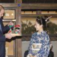 Le prince William a eu droit à une performance de geishas (et un cadeau de leur part pour le prince George) au siège de la chaîne NHK, à Tokyo, le 28 février 2015, lors de sa visite officielle au Japon.