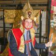 Le prince William lors du 3e jour de sa visite officielle au Japon, le 28 février 2015, a visité les locaux de la société de télévision NHK à Tokyo. L'occasion de se faire déguiser en samouraï par les équipes de la série Taïga. Vidéo Abaca TV.