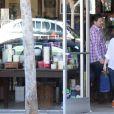 Exclusive - Jennifer Love Hewitt enceinte fait du shopping à Ron Herman, elle achète des bougies a Candle Delirium le 4 mars 2015.