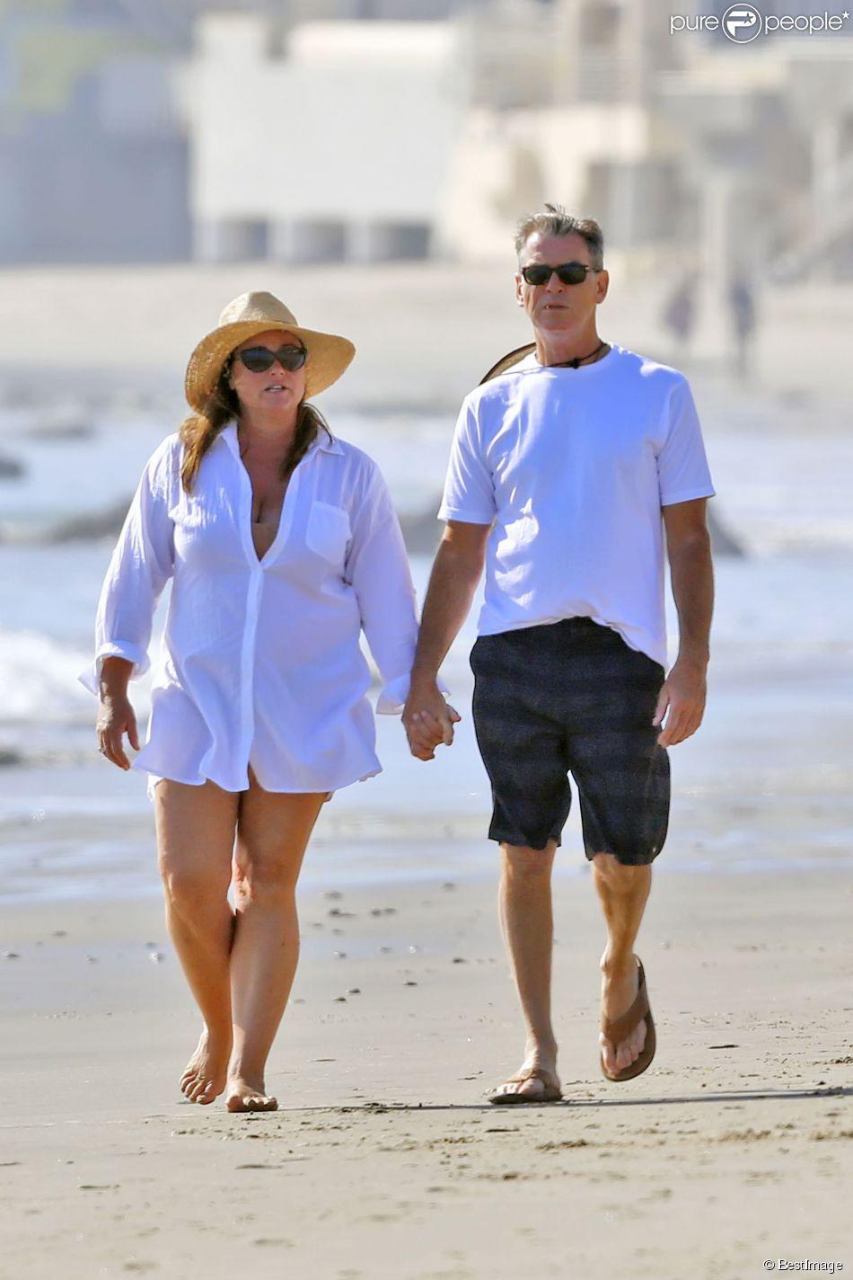 Exclusif - Pierce Brosnan et sa femme Keely Smith promènent leur chien sur une plage de Malibu le 8 mars 2015.