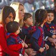 Antonella Rocuzzo, la fiancée de Lionel Messi et son fils Thiago - Les joueurs du FC Barcelone posent avec leurs enfants avant le match contre le Rayo Vallecano à Barcelone, le 8 mars 2015.