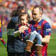 Andres Iniesta et sa fille Valeria - Les joueurs du FC Barcelone posent avec leurs enfants avant le match contre le Rayo Vallecano à Barcelone, le 8 mars 2015.