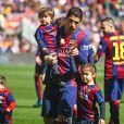 Luis Suarez et ses enfants Benjamin et Delfina - Les joueurs du FC Barcelone posent avec leurs enfants avant le match contre le Rayo Vallecano à Barcelone, le 8 mars 2015.
