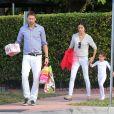 Exclusif - Adriana Lima, son mari Marko Jaric et leurs filles Valentina et Sienna vont déjeuner au restaurant à Miami, le 15 août 2013.