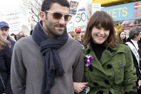 Gemma Arterton : In love de son compagnon français, elle s'éclate à Paris