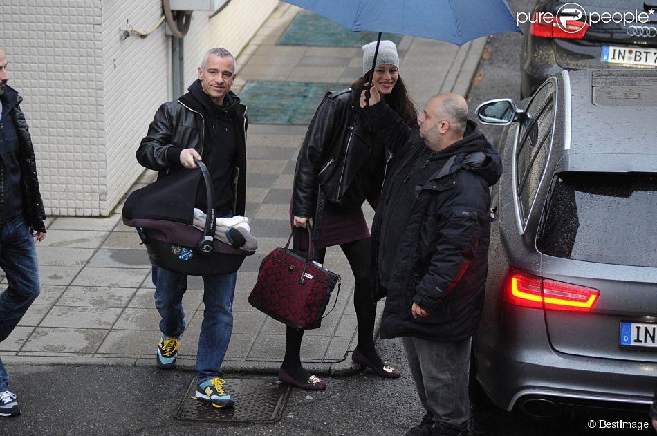 Eros Ramazzotti et sa femme Marica Pellegrinelli quittent la maternité avec leur fils Gabrio Tullio à Rome en Italie le 16 mars 2015.