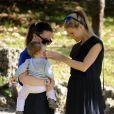 Sole dans les bras de sa grande soeur Aurora - Michelle Hunziker, enceinte, se promène au parc avec ses filles à Milan, le 24 octobre 2014.