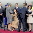 La princesse Mary en pleine révérence... Le roi Willem-Alexander et la reine Maxima des Pays-Bas ont été accueillis le 17 mars 2015 sur le tarmac de l'aéroport international de Copenhague par la reine Margrethe II de Danemark, le prince Henrik, le prince Frederik et la princesse Mary, le prince Joachim et la princesse Marie, la princesse Benedikte et le prince Richard, pour leur visite officielle.