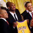 Barack Obama entouré de Derek Fisher et Kobe Bryant à la Maison Blanche à Washington le 25 janvier 2010