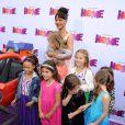 Rihanna avec des enfants à la première du film En route! au Regency Village Theatre de Westwood, Los Angeles, le 22 mars 2015.