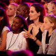 """Zahara Marley Jolie-Pitt, Angelina Jolie et Shiloh Nouvel Jolie-Pitt : Angie serrée fort par ses filles quand elle apprend qu'elle est sacrée """"meilleure méchante"""" pour Maléfique aux Kids' Choice Awards le 28 mars 2015"""