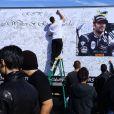 Des curieux et anonymes viennent rendre hommage à Paul Walker et son Roger Rodas, victimes d'un crash de voiture à Los Angeles. Photos prises le 8 décembre 2013.