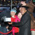Nick Cannon rencontre ses fans et pose avec eux à sa sortie de l'enregistrement de l'émission Good Morning America, le 16 mars 2015