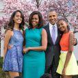 Le président américain Barack Obama, sa femme Michelle Obama et leurs filles Malia et Sasha posent en famille avec leurs chiens Bo et Sunny dans le jardin Rose de la Maison Blanche le dimanche de Pâques, à Washington, le 5 avril 2015.
