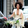 Solange Knowles et Alan Ferguson ont choisi de prendre des vélos à la place d'une limousine afin de rejoindre leurs invités, parmi lesquels se trouvent Beyoncé, son mari Jay-Z et leur fille Blue Ivy après leur mariage à la Nouvelle-Orléans, le 16 novembre 2014.