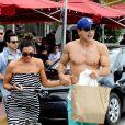 Exclusif - Mario Lopez, en vacances avec sa femme Courtney Mazza, passe une journée à la plage à Miami. Le 11 avril 2015