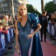 Tonya Kinzinger  (robe Denis Durand Couture brodée de sequins et cristaux bleu nuit, épaulette en forme de rose et traine en tafia de soie) Personnalités lors de la 10ème cérémonie des Globes de Cristal au Lido à Paris, le 13 avril 2015.