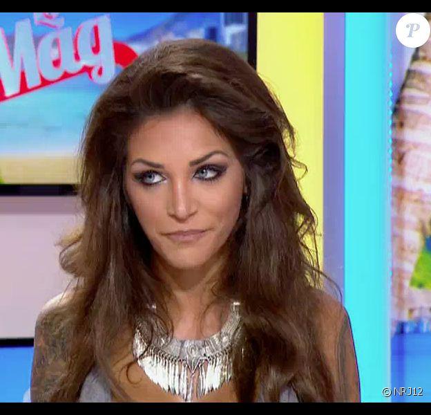 Julia, invitée dans le Mag sur NRJ12 a parlé de sa rivalité avec Maëva. Cette dernière a réagi sur les réseaux sociaux en insultant la jeune femme. Emission Le Mag sur NRJ12, le 15 avril 2015.