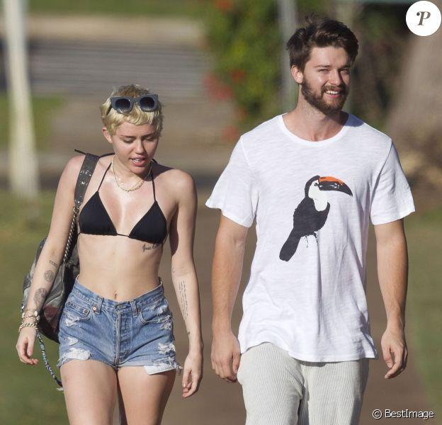 Exclusif - Prix spécial - No Web - Miley Cyrus et son petit ami Patrick Schwarzenegger en vacances sur la plage de Maui à Hawaï le 21 janvier 2015.