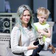 Hilary Duff se promène avec son fils Luca à Brentwood le 6 avril 2015