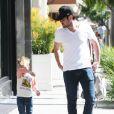 Mike Comrie se promène avec son fils Luca dans les rues de Los Angeles, le 5 mars 2015