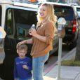 Hilary Duff se promène avec son fils Luca à Sherman Oaks, le 4 mars 2015.