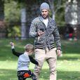 Mike Comrie (mari d' Hilary Duff, dont elle est séparée) s' amuse avec son fils Luca à Beverly Hills Le 27 décembre 2014