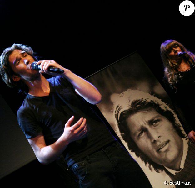 Amaury Vassili rend hommage à Mike Brant lors d'un concert et remet un disque de platine à la famille du défunt chanteur pour le 40ème anniversaire de sa mort, le 24 avril 2015.