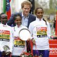 Le prince Harry avec le podium féminin du marathon de Londres le 26 avril 2015
