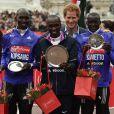 Le prince Harry lors du marathon de Londres, le 25 avril 2015, en tant que parrain de l'organe caritatif de la course et remettant des trophées.