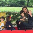 Claudia Galanti avec sa fille Tal et son fils Liam dans un parc d'attractions fin avril 2015, photo Instagram