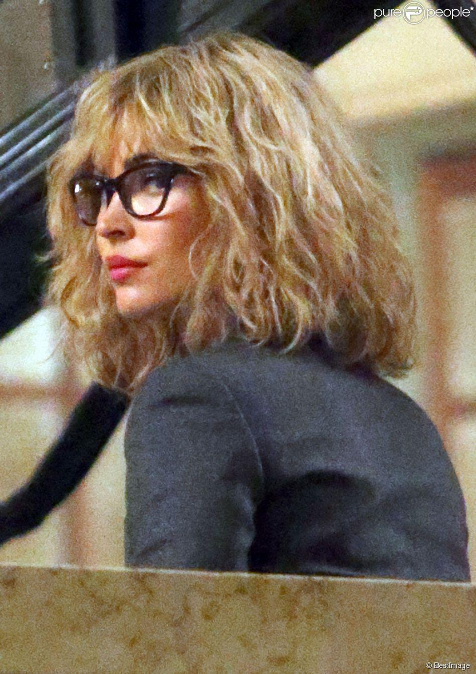 """Megan Fox, méconnaissable en blonde et avec des lunettes, sur le tournage de """"Teenage Mutant Ninja Turtles 2"""" à New York, le 28 avril 2015. Megan Fox porte probablement une perruque."""