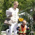 Kelly Rutherford avec son fils Hermes à Los Angeles, ils rentrent de l'école, le 13 avril 2010