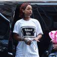 "Rihanna va déjeuner au restaurant à New York, le 3 mai 2015. La chanteuse porte un t-shirt avec l'inscription ""School Kills""!"