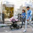 Tamara Ecclestone et sa fille Sophia sur l'avenue Montaigne, dans le 8e arrondissement. Paris, le 4 mai 2015.