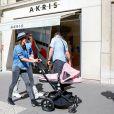 Tamara Ecclestone et sa fille Sophia sur l'avenue Montaigne. Paris, le 4 mai 2015.