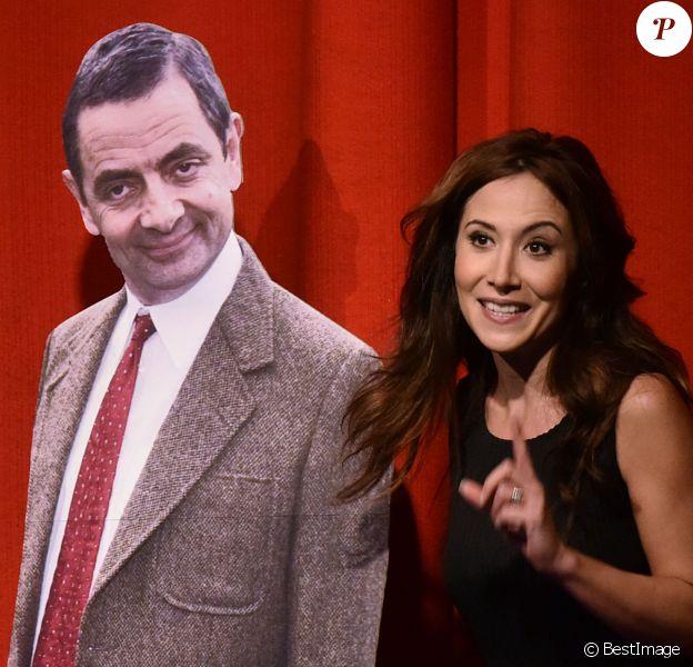 """Exclusif - Première de Fabienne Carat dans la pièce """"L'Amour est dans le Prêt ?"""" au Ciné-Théâtre Chaplin à Paris, le 4 mai 2015. Ici avec une silhouette de Mister Bean."""
