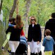 Marta Ortega (de face) et la princesse Maria Margarita (de dos) avec ses jumeaux Luis et Alfonso au Longines Global Champions Tour à Madrid le 1er mai 2015