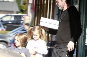 Brad Pitt, barbu blessé : Pause donuts avec les adorables Knox et Vivienne