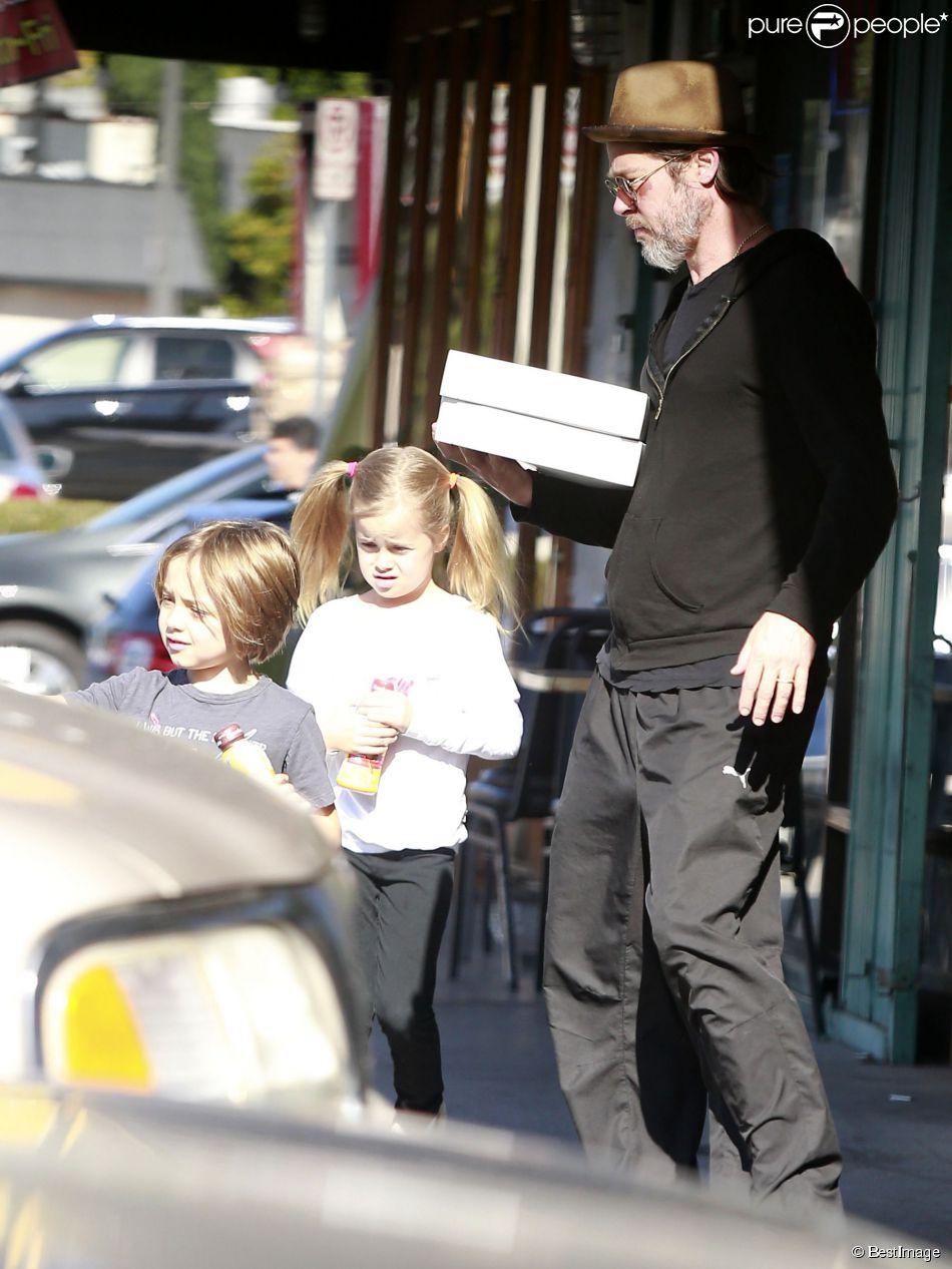Exclusif - Brad Pitt a été acheter des donuts avec ses enfants Knox et Vivienne à Los Angeles, le 26 avril 2015, avant de rentrer les partager avec sa famille.