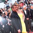 """Charlize Theron et son amoureux Sean Penn - Montée des marches du film """"Mad Max : Fury Road"""" lors du 68e Festival International du Film de Cannes le 14 mai 2015."""