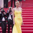 """Charlize Theron en Christian Dior couture - Montée des marches du film """"Mad Max : Fury Road"""" lors du 68e Festival International du Film de Cannes le 14 mai 2015"""