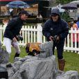 Zara Phillips, avec son collègue cavalier et compatriote Ben Maher, jouait à la voiture télécommandée le 14 mai 2015 au Royal Windsor Horse Show dans le cadre d'un événement Land Rover.