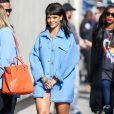 """Rihanna arrive sur le plateau de l'émission """"Jimmy Kimmel Live!"""" à Hollywood, habillée d'une veste bleu ciel Moschino (pré-collection automne 2015) et de sandales Dsquared² (pré-collection automne 2015). Le 1er avril 2015."""