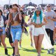 Kendall Jenner et Kylie Jenner, ravissante dans sa longue veste Nomia, un crop-top Brandy Melville, un mini-short blanc American Apparel et des bottines Timberland, assistent au 1er jour du festival de Coachella. Le 10 avril 2015.