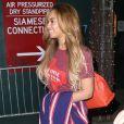 Beyoncé à New York, porte un t-shirt à l'effigie de la marque de bière Lone Star Beer, une veste et une jupe Stella Jean (collection printemps-été 2015) et des sandales Stuart Weitzman. Le 19 mai 2015.